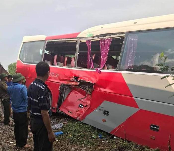 Tàu hỏa va chạm xe chở học sinh ở Hà Nội, nhiều cháu nhỏ bị thương