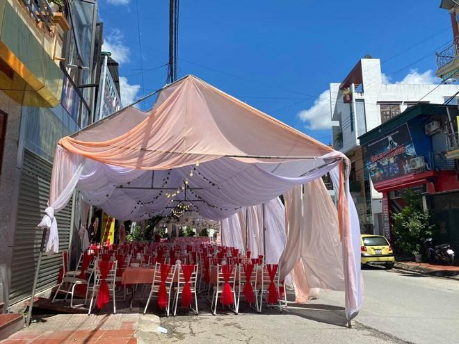 Nhà hàng dựng sẵn rạp cưới vẫn bị khách bùng 150 mâm cỗ, nhờ người dân giải cứu giá 500.000VNĐ/mâm - 4