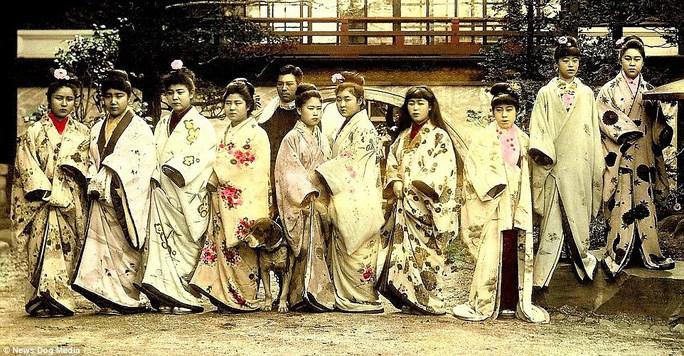 Kỹ nữ được trưng bày trong lồng ở Nhật 100 năm trước và câu chuyện làm đẹp để thoát thân - 1