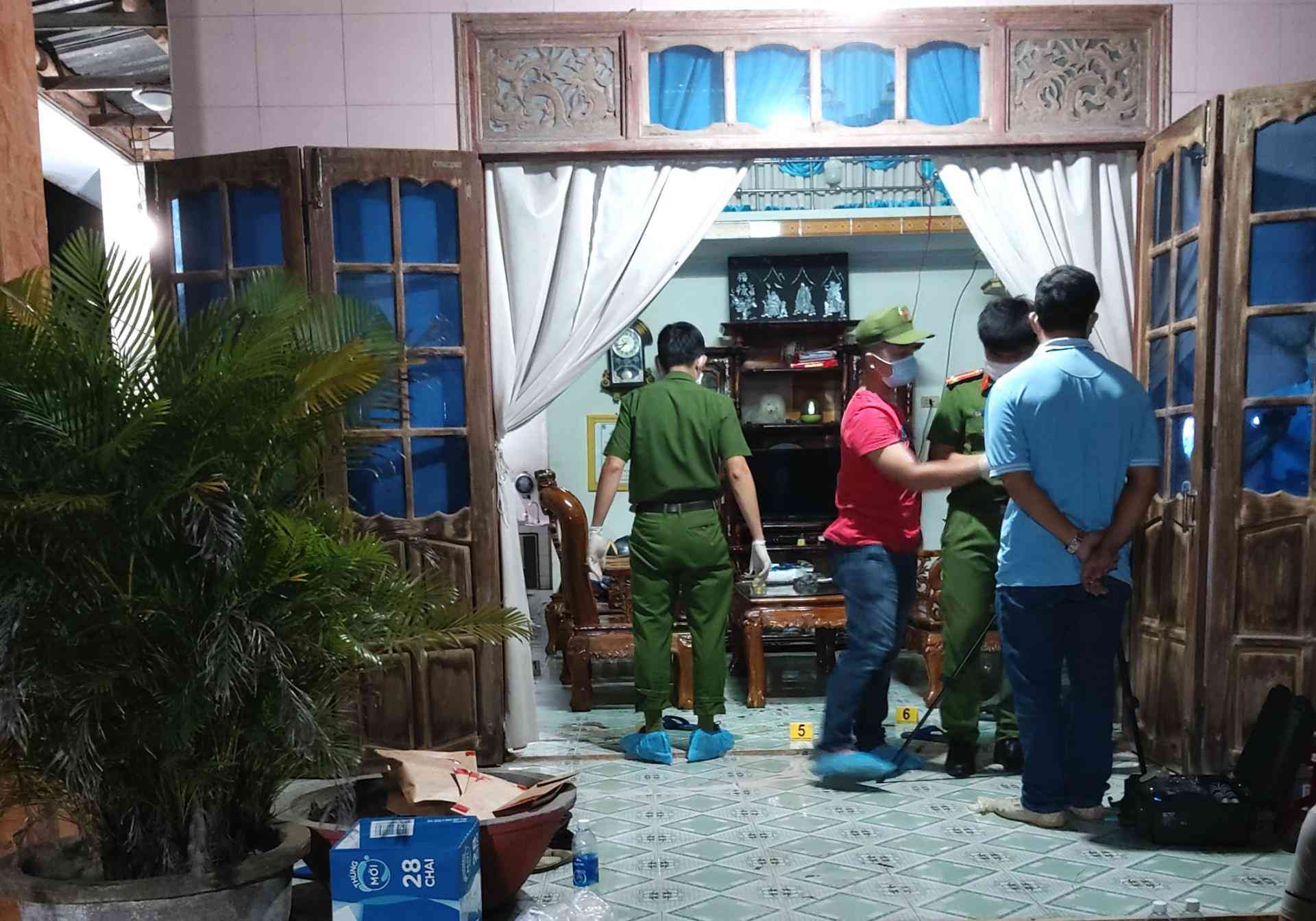 Tin tức 24h: Bất ngờ danh tính kẻ lạ mặt xông vào nhà sát hại hiệu trưởng ở Quảng Nam - 1