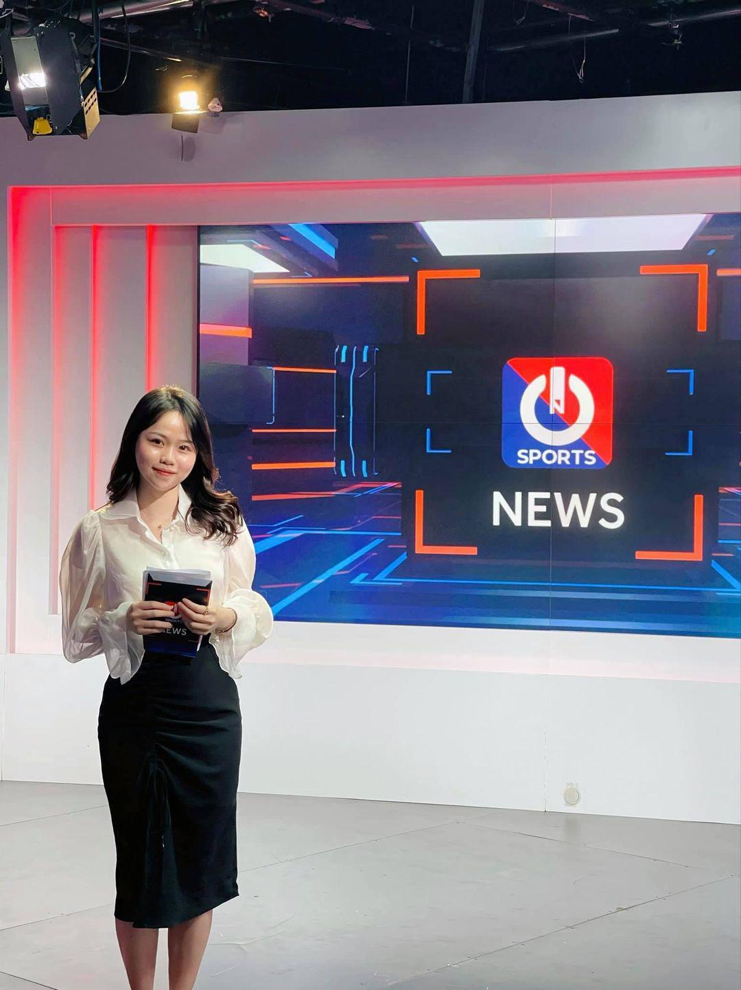 Tình cũ Quang Hải khoe ảnhlàm BTV thể thao: Cất hết váy áo hở hang, mặckín đáo vẫn xinh - 4