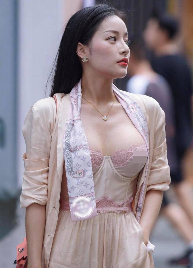 Nhiều gái đẹp gây chú ý vì vô tư mặc kiểu áo lót được yêu nhất mùa dịch dạo phố - 3