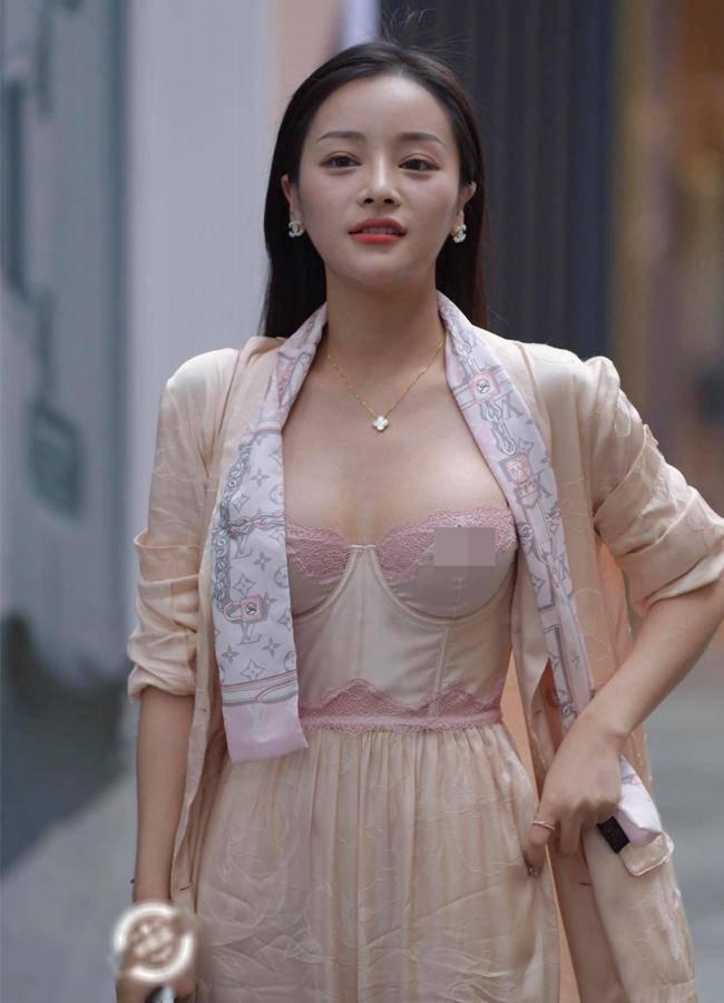 Nhiều gái đẹp gây chú ý vì vô tư mặc kiểu áo lót được yêu nhất mùa dịch dạo phố - 5