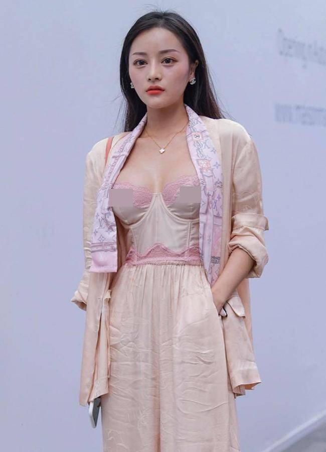 Nhiều gái đẹp gây chú ý vì vô tư mặc kiểu áo lót được yêu nhất mùa dịch dạo phố - 4