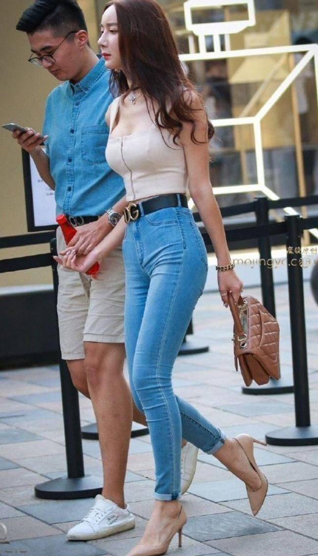 Nhiều gái đẹp gây chú ý vì vô tư mặc kiểu áo lót được yêu nhất mùa dịch dạo phố - 9