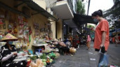 Đi chợ Hà Nội thấy ngay điểm lạ: Cách các tiểu thương thực hiện giãn cách sau Chỉ thị 16