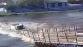 Kinh hoàng cảnh xe tải cố băng qua cầu tạm bị nước lũ cuốn trôi