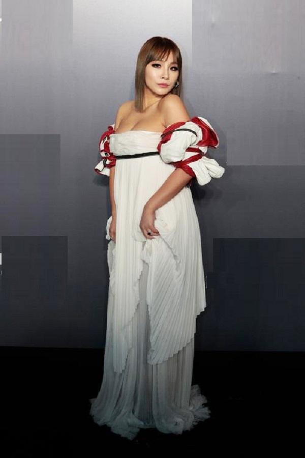 10 bộ váy xấu đến khó hiểu của sao Hàn, thần thái cỡ nào cũng bị tụt hạng phong cách - 4