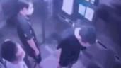Thanh niên nhổ nước bọt, vứt khẩu trang trong thang máy chung cư