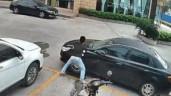 Thanh niên dùng tay không đẩy ô tô sang một bên để lấy lối đi