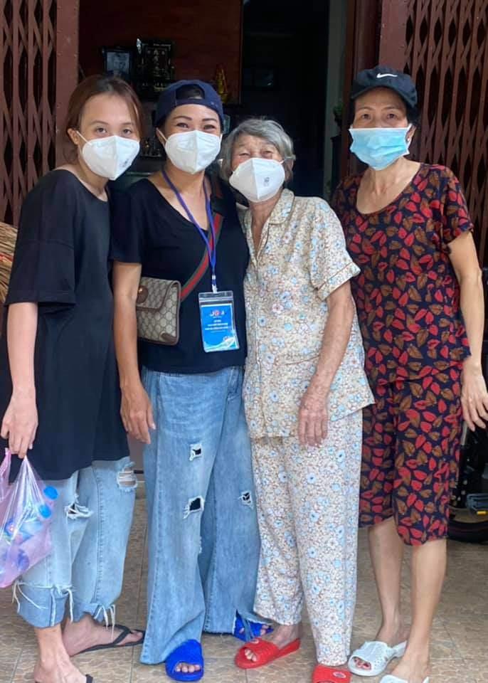 Con gái 11 năm giấu kín của Phương Thanh mặc quần rách, đi chân đất vác gạo làm từ thiện - 3