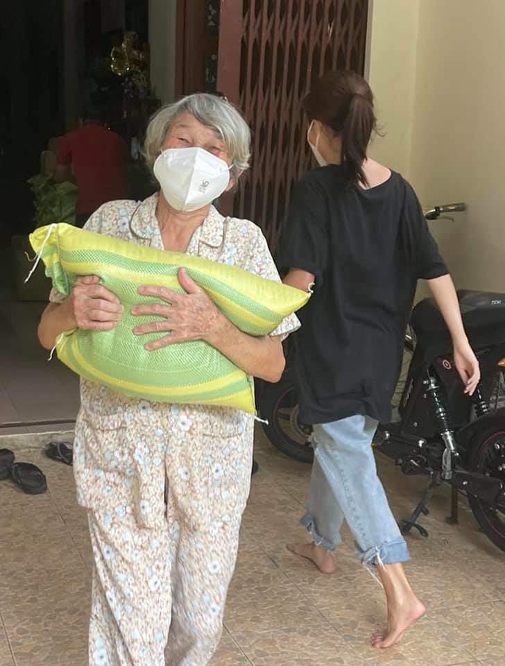 Con gái 11 năm giấu kín của Phương Thanh mặc quần rách, đi chân đất vác gạo làm từ thiện - 7