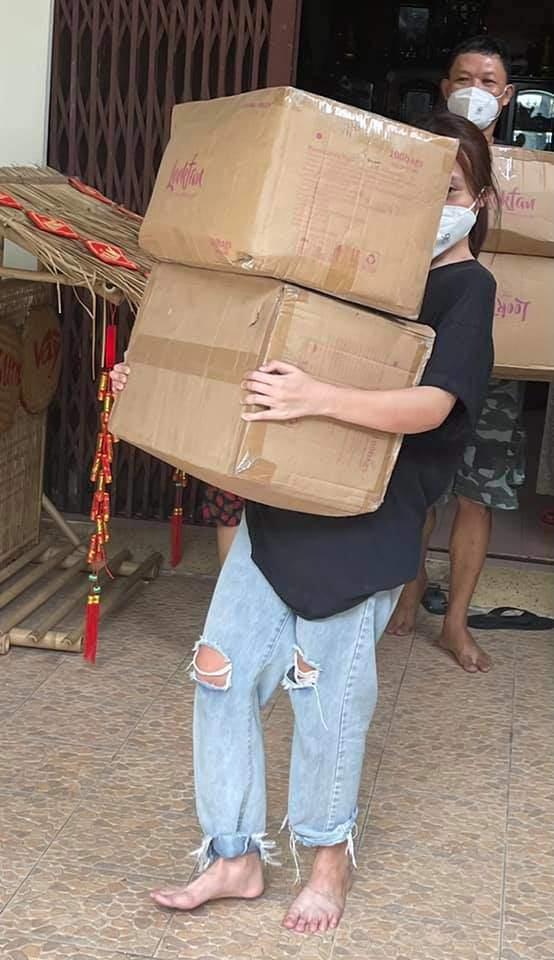 Con gái 11 năm giấu kín của Phương Thanh mặc quần rách, đi chân đất vác gạo làm từ thiện - 6