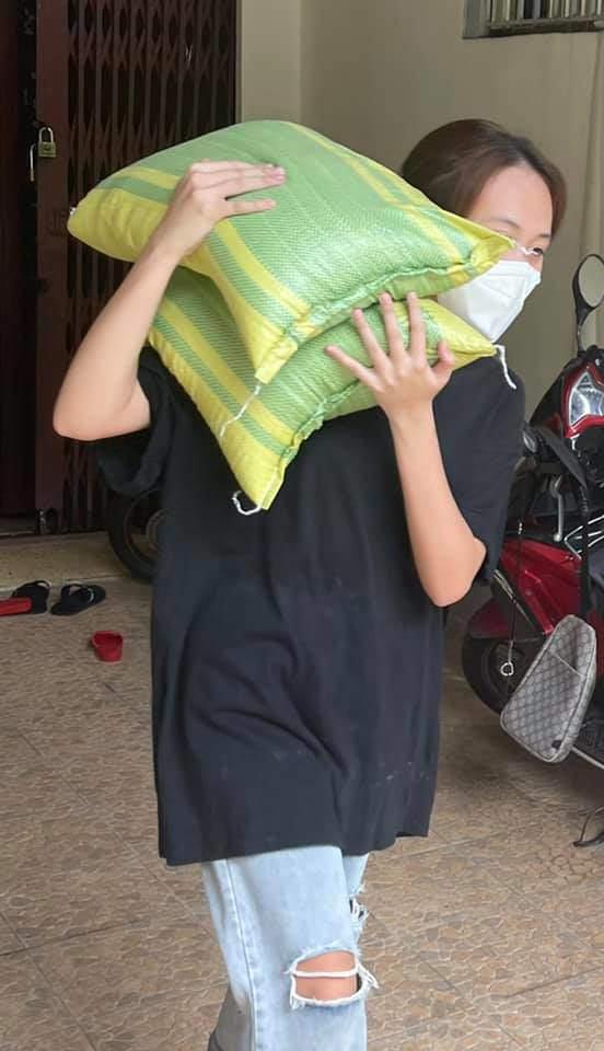 Con gái 11 năm giấu kín của Phương Thanh mặc quần rách, đi chân đất vác gạo làm từ thiện - 4