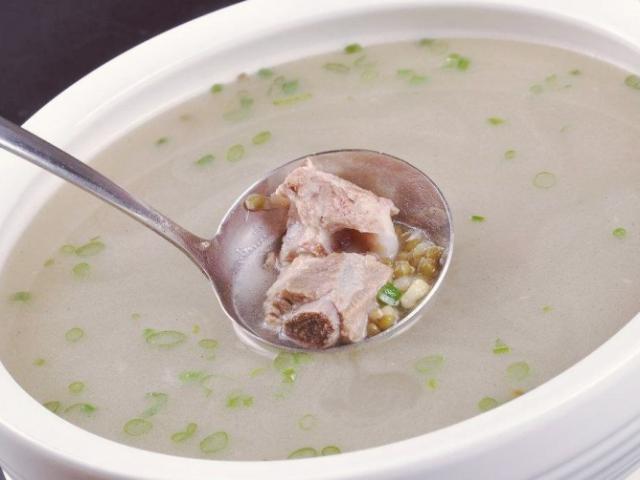 Hầm xương mãi nước vẫn đục, đầu bếp mách thêm 2 bước này canh trong veo, thơm ngậy