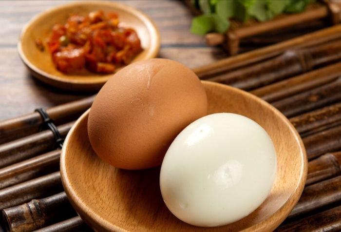 Luộc trứng không cho ngay vào nồi, thêm bước ngâm này trứng mềm ngon, vỏ chạm vào là bong ra - 4