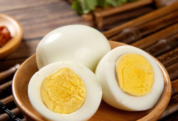 Luộc trứng không cho ngay vào nồi, thêm bước ngâm này trứng mềm ngon, vỏ chạm vào là bong ra - 5