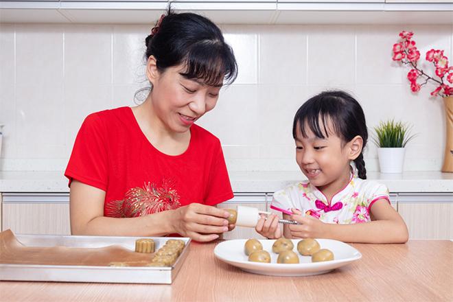 Mách nhỏ chị em 3 cách nướng bánh Trung thu đơn giản, dễ làm - 1