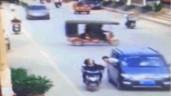 Người đàn ông nhoài người ra khỏi ô tô cướp túi xách và cái kết