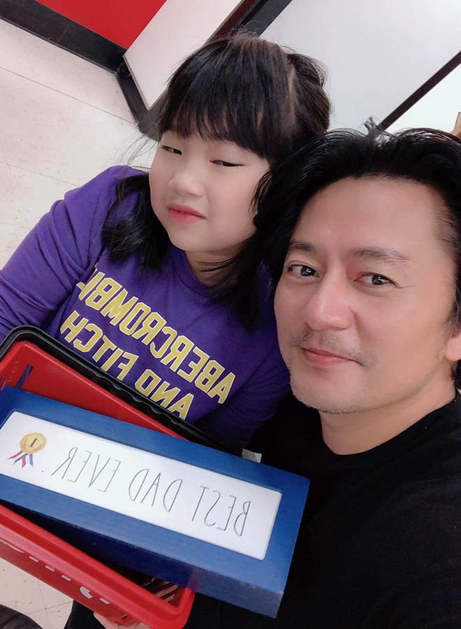 Kiếm 3 tỷ/phút, vua quảng cáo Việt bỏ sự nghiệp sang Mỹ với vợ giàu, 2 con không giống bố - 7