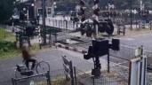 Người phụ nữ liều lĩnh chạy cắt mặt đoàn tàu như tự sát