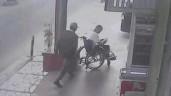 Cướp táo tợn giật điện thoại trên tay người đàn ông ngồi xe lăn