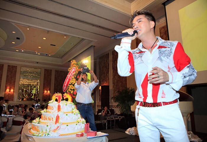 Từng hát tại tiệc của nữ streamer Bình Dương, Mr Đàm đeo kim cương át cả gia chủ - 6