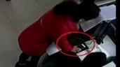 """Người phụ nữ """"hồn nhiên"""" trộm điện thoại ngay trong đồn cảnh sát"""