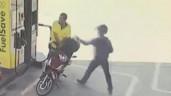 Đang đứng đổ xăng, người đàn ông bị cướp giật dây chuyền trên cổ