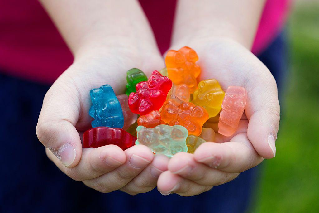 Đây là những món ăn nhiều hóa chất nhất bố mẹ nên hạn chế cho trẻ ăn
