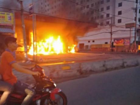 Cây xăng ở Sài Gòn bất ngờ bốc cháy dữ dội, người dân hoảng loạn tháo chạy