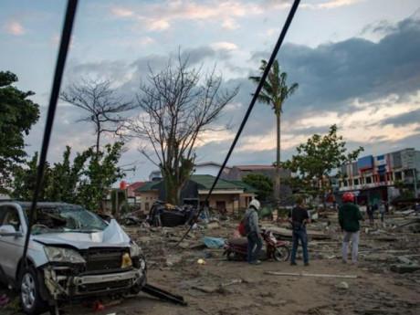Cận cảnh khoảnh khắc sóng thần 2m lao vào cuốn phăng mọi thứ tại Indonesia