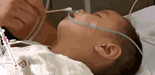 Tin tức 24h: Bé trai 2 tuổi bỗng nhiên mang thai khiến bố mẹ và bác sỹ ngỡ ngàng - 1