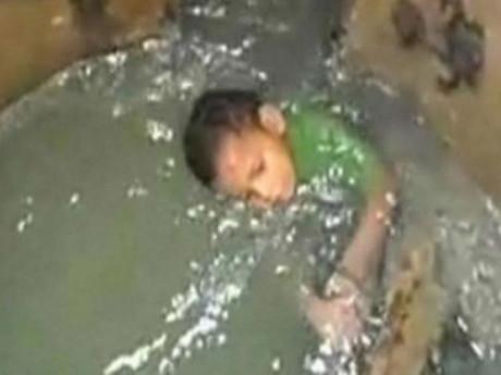 Giải cứu cậu bé 3 tuổi mắc kẹt 24 giờ dưới cống ngầm