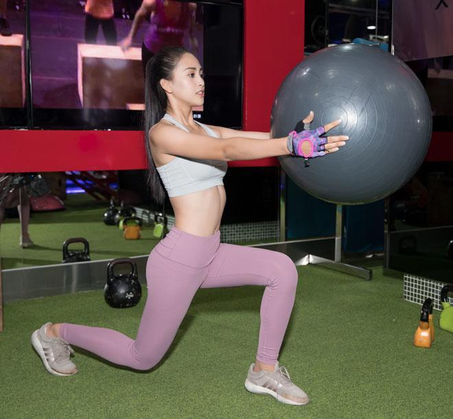 Hoa hậu Tiểu Vy khoe số đo hình thể đẹp như búp bê khi tập gym