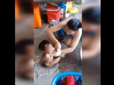 Phẫn nộ người phụ nữ ra sức dùng băng keo bịt miệng, cột tay chân đứa bé
