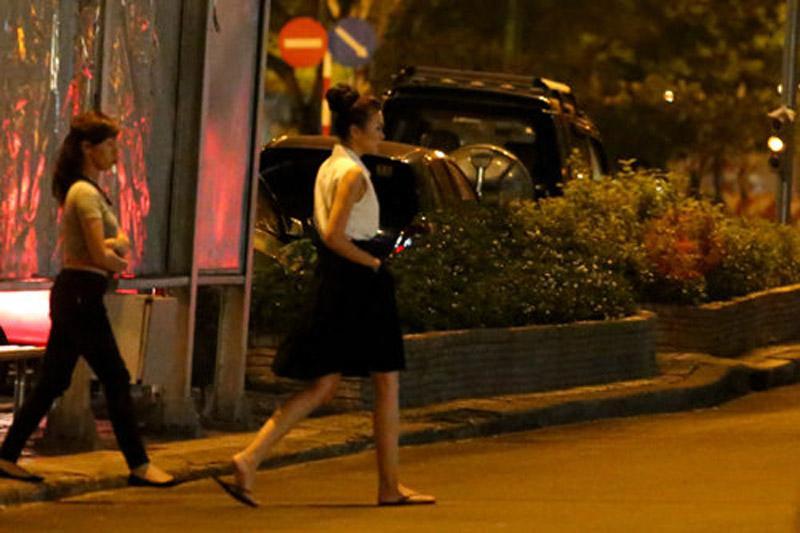Đi diễn cả ngày trên đôi giày cao gót chênh vênh, đến khi về nhà hay đi ăn ở ngoài, Thanh Hằng đều chạy ngay đến xe để thay đổi dép xỏ ngón. Đây có thể nói là món phụ kiện giúp cô thoải mái và được là chính mình nhất.