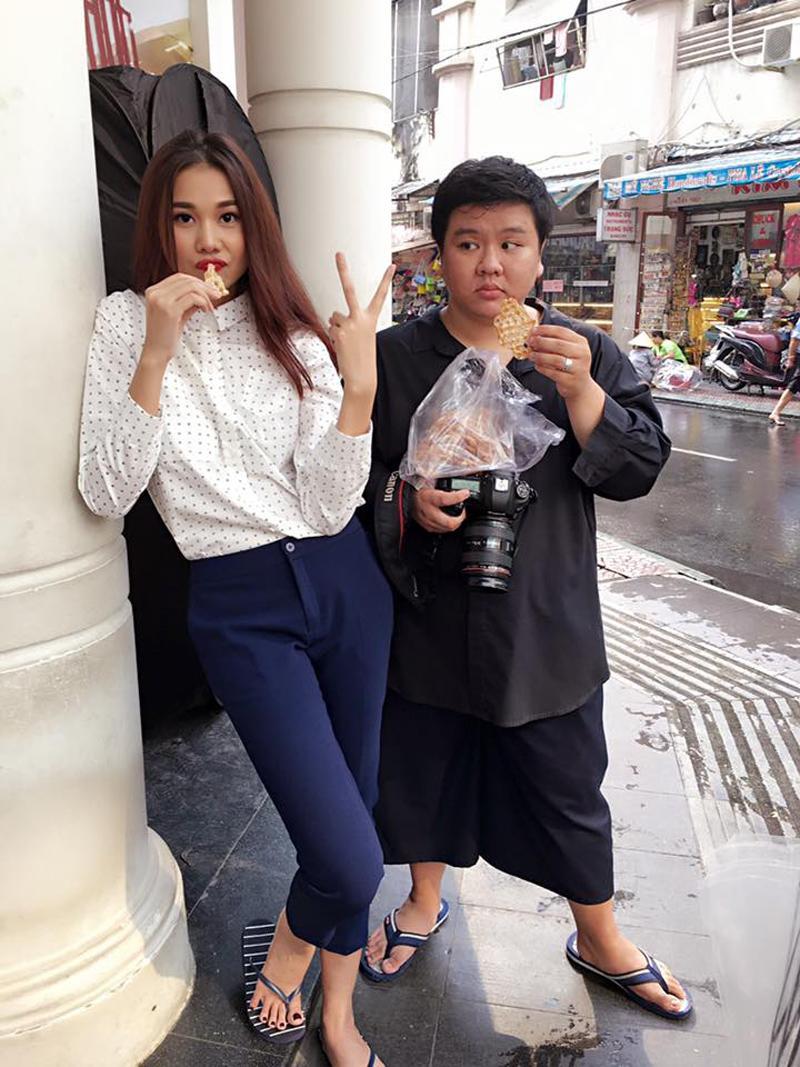 Trong mỗi buổi chụp hình, quay quảng cáo của Thanh Hằng luôn xuất hiện ít nhất một đôi dép kẹp. Dù là diện những đôi dép rất bình dân và ai cũng có, nhưng trông cô vẫn rất sang chảnh.