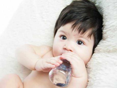 Những tác hại mẹ chưa lường trước khi cho con trên 1 tuổi bú bình