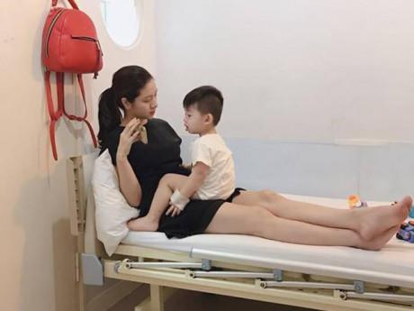 Ủ bệnh 10 ngày, bé trai 20 tháng được phát hiện mắc tay chân miệng nặng nhất bệnh viện
