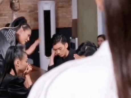 The Face: Bị loại thí sinh, Hoàng Yến không giữ được bình tĩnh, đập bàn, bật khóc trên truyền hình