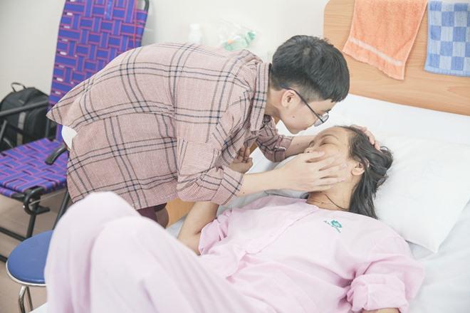 Nghẹn lòng cảnh bé Nhật Minh The Voice Kids vào viện thăm mẹ suy thận sau thời gian xa cách