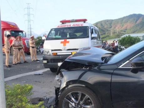 Cận cảnh y tá văng ra khỏi xe cứu thương sau va chạm với xe con