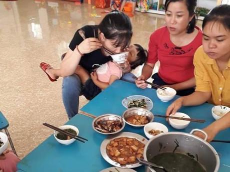 Bức ảnh bữa trưa đạm bạc, tay và cơm, người ẵm trẻ của cô giáo mầm non gây xúc động