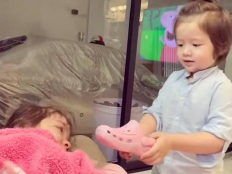 Con trai Elly Trần dùng một chiếc dép dỗ dành chị gái ngừng khóc ngay lập tức