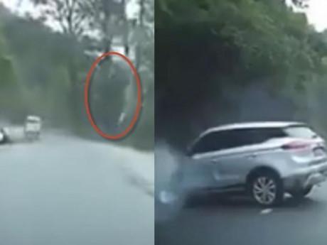 Hãi hùng khoảnh khắc đá rơi từ trên núi phá nát mui xe ô tô đang đi trên đường