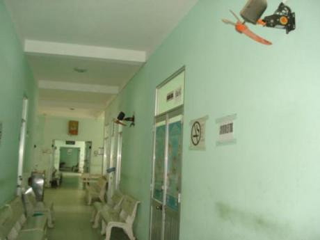 Bệnh viện vắng tanh, cha ôm con máu chảy đầm đìa chờ bác sĩ