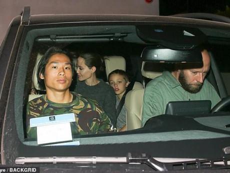 """Pax Thiên """"mặt lạnh như tiền"""" đưa Angelina Jolie và các em đi ăn nhà hàng"""