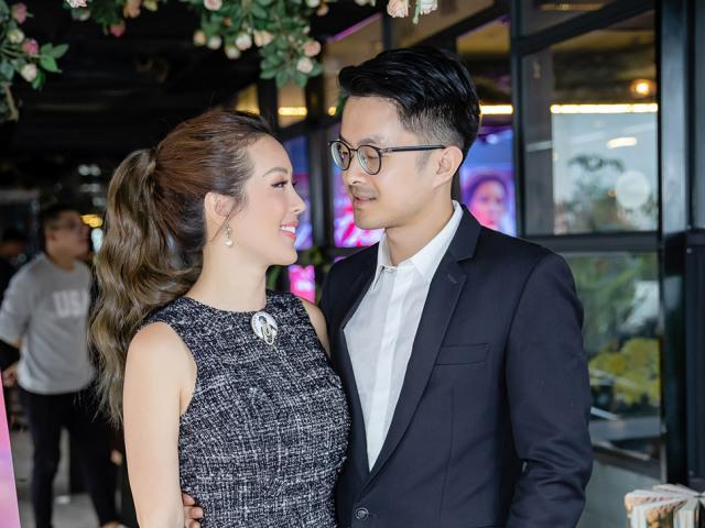 Bạn trai kém tuổi chưa nói sõi tiếng Việt có mặt để chúc mừng Hoa hậu Thu Hoài
