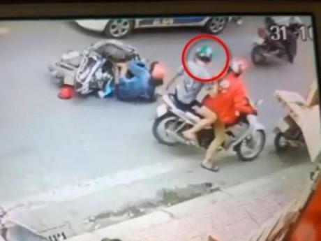 Phẫn nộ thanh niên đẩy người phụ nữ lao vào mũi taxi rồi thản nhiên... đứng nhìn